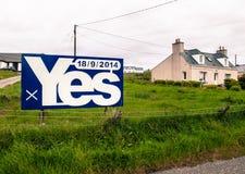 Blauw die aanplakbord met het woord ja op het wordt geschreven stock fotografie