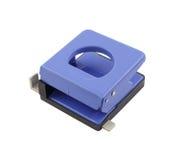 Blauw die bureaudocument gat puncher op witte achtergrond wordt geïsoleerd Royalty-vrije Stock Foto