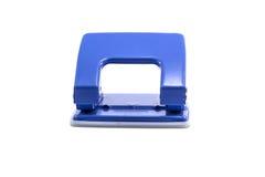 Blauw die bureaudocument gat puncher op witte achtergrond wordt geïsoleerd Stock Foto