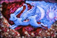 Blauw die dromerig konijn in sprookjeland vliegen, illustratie royalty-vrije illustratie