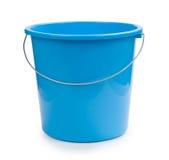 Blauw die emmerplastiek op wit wordt geïsoleerd Stock Fotografie