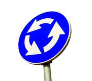 Blauw die het verkeerteken van het rotondekruispunt op wit wordt geïsoleerd Royalty-vrije Stock Foto