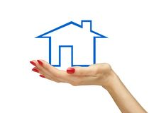 Blauw die huis in vrouwenhand op wit wordt geïsoleerd Stock Fotografie