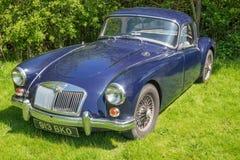 Blauw die MG A op het gras wordt geparkeerd stock afbeeldingen