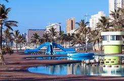 Blauw die Recreatief Poolgebied en Palmen zwemmen royalty-vrije stock foto