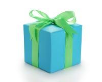Blauw document giftbox met groene geïsoleerde lintboog Royalty-vrije Stock Foto's