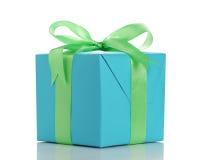 Blauw document giftbox met groene geïsoleerde lintboog Stock Fotografie