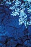 Blauw document met zilveren bladeren Stock Fotografie