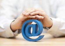 Blauw e-maildiesymbool door handen wordt beschermd Royalty-vrije Stock Fotografie