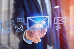 Blauw E-maildiesymbool op een kleurenachtergrond wordt getoond - het 3D teruggeven Stock Foto's