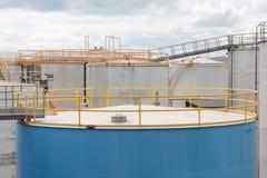 Blauw en Concrete tanks Stock Foto