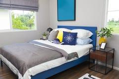 Blauw en geel hoofdkussen op de slaapkamer van de tiener stock foto