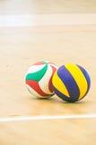 Blauw en geel volleyball Stock Afbeeldingen