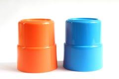 Blauw en oranje kleuren plastic glas Stock Foto's