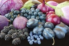 Blauw en purper voedsel Bessen, vruchten en groenten royalty-vrije stock fotografie