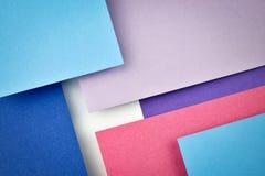 Blauw en rood document die over elkaar hellen Stock Foto's