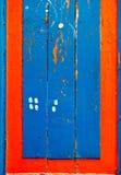 Blauw en rood houten raadstimmerhout. Stock Afbeeldingen