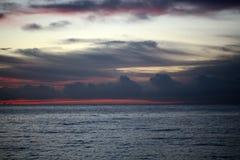 Blauw en rood zonsondergangzeegezicht Stock Afbeeldingen