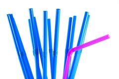 Blauw en roze stro op witte achtergrond Stock Afbeelding
