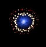 Blauw en violet kleurrijk vuurwerk op zwarte achtergrond, artistiek vuurwerk het vuurwerkfestival in van Malta, Malta op donkere a Royalty-vrije Stock Foto's