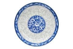 Blauw en wit die porselein van het bloempatroon op schotel op witte achtergrond wordt geïsoleerd Boven mening royalty-vrije stock fotografie