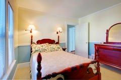 Blauw en wit slaapkamerbinnenland met hoog pool gesneden houten bed Stock Foto's