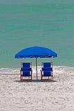 Blauw en wit strand stock afbeelding