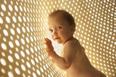 Naakte baby met stralen van licht netwerk Stock Afbeeldingen