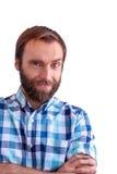 Blauw-eyed gebaarde mens met een sluwe glimlach op witte achtergrond Royalty-vrije Stock Foto's