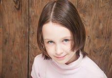 Blauw-eyed meisje die u bekijken Stock Foto