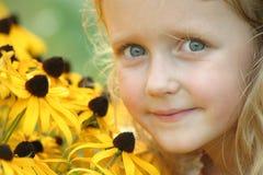 Blauw Eyed Meisje met Bruine Eyed Susans Royalty-vrije Stock Afbeelding