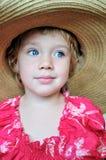 Blauw-eyed meisje in reusachtige hoed Stock Afbeeldingen