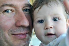Blauw-eyed vader en babygezichten stock foto's