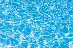 Blauw gegolft water in zwembad Stock Afbeeldingen