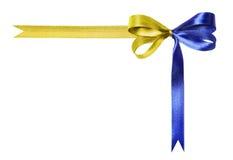 Blauw-gele veelkleurige die stoffenlint en boog op een witte achtergrond wordt geïsoleerd Royalty-vrije Stock Foto's