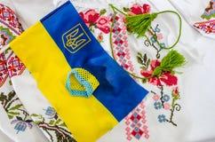 Blauw-gele vlag van de Oekraïne en een deel van een geborduurd overhemd royalty-vrije stock foto's
