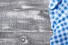 Blauw geruit servet op een grijze houten achtergrond Hoogste mening stock foto