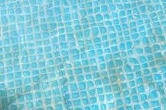 Blauw gescheurd water in de pool achtergrond van de pool met water stock foto's