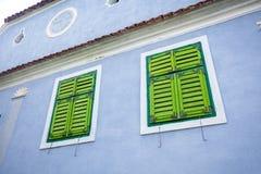 Blauw geschilderd traditioneel huis met groene blinden van Viscri v royalty-vrije stock afbeelding