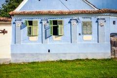 Blauw geschilderd traditioneel huis met groene blinden van Viscri v royalty-vrije stock foto's