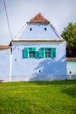 Blauw geschilderd traditioneel huis met groene vensters van Viscri vi royalty-vrije stock afbeelding