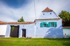 Blauw geschilderd traditioneel huis met groene vensters van Viscri vi royalty-vrije stock afbeeldingen