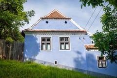 Blauw geschilderd traditioneel huis van Viscri-dorp in Transylvan royalty-vrije stock fotografie