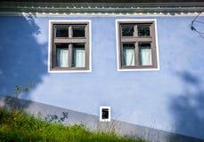 Blauw geschilderd traditioneel huis van Viscri-dorp in Transylvan stock afbeelding