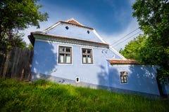 Blauw geschilderd traditioneel huis van Viscri-dorp in Transylvan royalty-vrije stock foto