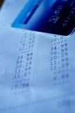 Blauw gestemd schot van financieel document en krediet c Stock Afbeelding
