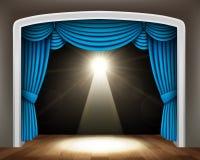 Blauw gordijn van klassiek theater met schijnwerper op houten vloer Royalty-vrije Stock Foto's