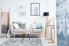 Blauw gordijn in woonkamer stock foto