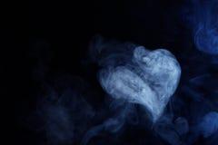 Blauw Grey Smoke in de vorm van een hart op Zwarte Achtergrond Royalty-vrije Stock Fotografie