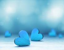Blauw hart op blauwe achtergrond Rood nam toe Royalty-vrije Stock Foto's